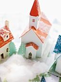 Weihnachtliches Dorf aus Karton
