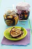 Gegrillte Auberginen und Zucchini, in Olivenöl eingelegt
