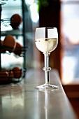 Weissweinglas auf Theke in Gaststätte