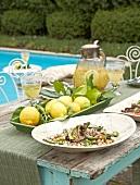 Auberginen-Kichererbsen-Salat, frische Zitronen und Sektbowle am Pool