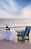Tisch und Stuhl am Meer