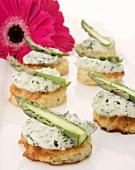 Mini-rösti with basil cream cheese and green asparagus