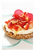 Strawberry tart with gingerbread base, mascarpone & butterscotch sauce