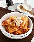 Rigatoni al sugo di salsiccia (Nudeln mit Wurstmett-Sauce)