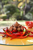 Rinderfilet-Spiesschen mit Sauce Bernaise und roten Chilischoten