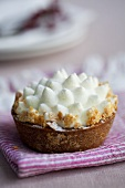 Apple cream tartlet with nut brittle