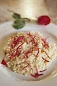 Risotto alle rose (Reisgericht mit Rosenblüten, Italien)
