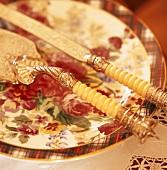 Ein Teller mit einem Messer und einem Tortenheber
