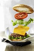 Hamburger mit Zutaten wird gestapelt