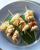 Scallop kebabs with cauliflower and mange tout