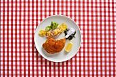 Gebackene Hähnchenkeule mit Kartoffelsalat (Österreich)