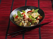Rotes Thaicurry auf Bambusmatte