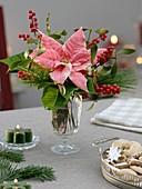 Weihnachtlicher Blumenstrauss als Tischdeko