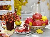 Granatäpfel und Strauss aus Hagebutten