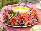 Sommerlicher Blumenkranz um Kerze