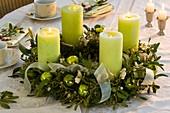 Adventskranz aus Mistel und Fichte mit grünen Kerzen
