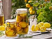 Eingelegte Zitronen mit Rosmarin
