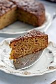 Apfelkuchen (Kuchenstück und angeschnittener Kuchen)