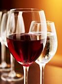 Rotweinglas und Wasserglas (Nahaufnahme)