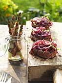Rump steak with onions and barbecued asparagus