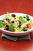 Salad leaves with tomatoes and red kidney beans