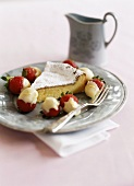 Rührkuchen aus weißer Schokolade und Schoko-Erdbeeren