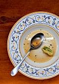 Teller mit Maultaschensuppe, zur Hälfte leer gegessen