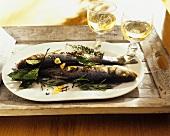 Zwei ganze Fische mit Gewürzen und Kräutern zubereitet