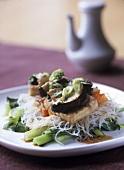 Tofuscheibe auf Reisnudeln mit Gemüse