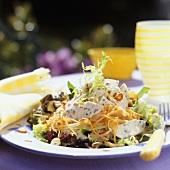 Salad leaves with turkey breast, grated vegetables & cashews