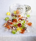 Verschiedene Bonbons vor einem Schraubglas