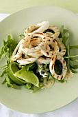 Gegrillte Calamari mit Limette auf Rauke
