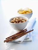 Knabberzeug (Salzstangen, Erdnüsse, Chips)