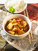Wokgericht mit Huhn, Ananas und Gemüse (China)