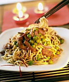 Pan-cooked noodle dish with chicken, ham and peas (China)