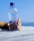 Eine Flasche Wasser auf einem Steg