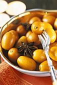 Kumquats und Anissterne in einer Schale