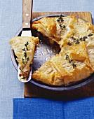 Filloteig-Pastete mit Lammhackfleisch, Schafskäse & Rosinen