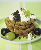 Wholemeal crispbread with cottage cheese and grapes