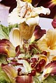 Lachsmousse mit Essblüte (Hemerocallis) und Garnelen im Glas