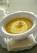 Karotten-Apfel-Suppe mit Creme fraiche