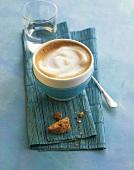 Milchkaffee auf blauem Untergrund