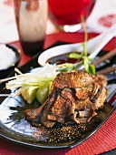 Chinesisch gewürztes Grillfleisch mit Gurkensalat