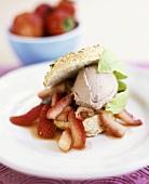 Biscuit-Sandwich süss gefüllt mit Erdbeereeis und Erdbeeren