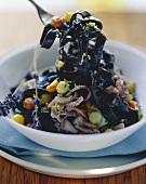 Schwarze Bandnudeln mit Calamaretti, Fenchel & Lavendel