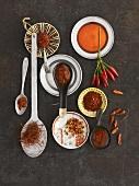 Stillleben mit Chili, Cayennepfeffer und scharfen Saucen