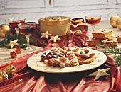 Weihnachtstisch mit Plätzchenteller