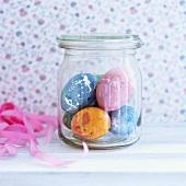 Gefärbte Eier im Glas
