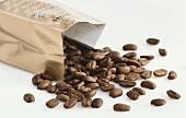 Kaffeebohnen aus der Tüte fallend