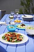 Gedeckter Tisch mit griechischen Speisen